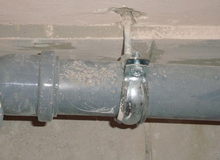 Как правильно закрепить канализационную трубу к стене - виды крепежей и способы монтажа