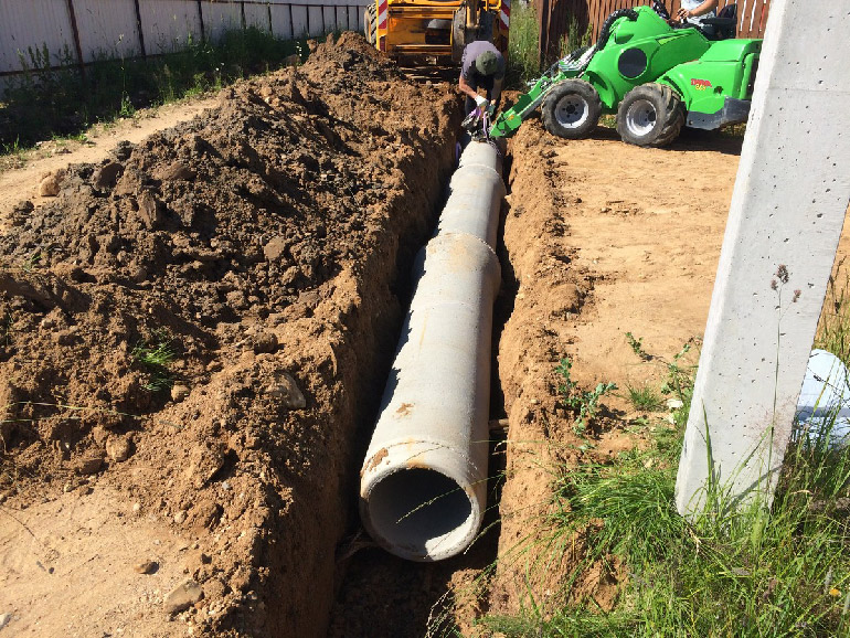 Как самостоятельно уложить трубу и подготовить канаву для водоотведения